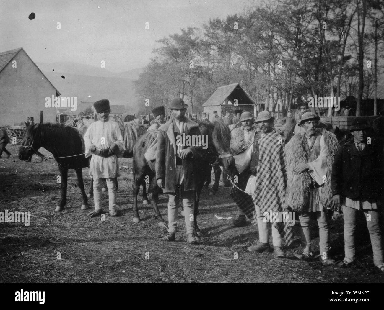 2 V60 U1 1916 E Hungarians with horses deployed for war Ethnology Hungary Southern Hungarian farmers with their - Stock Image