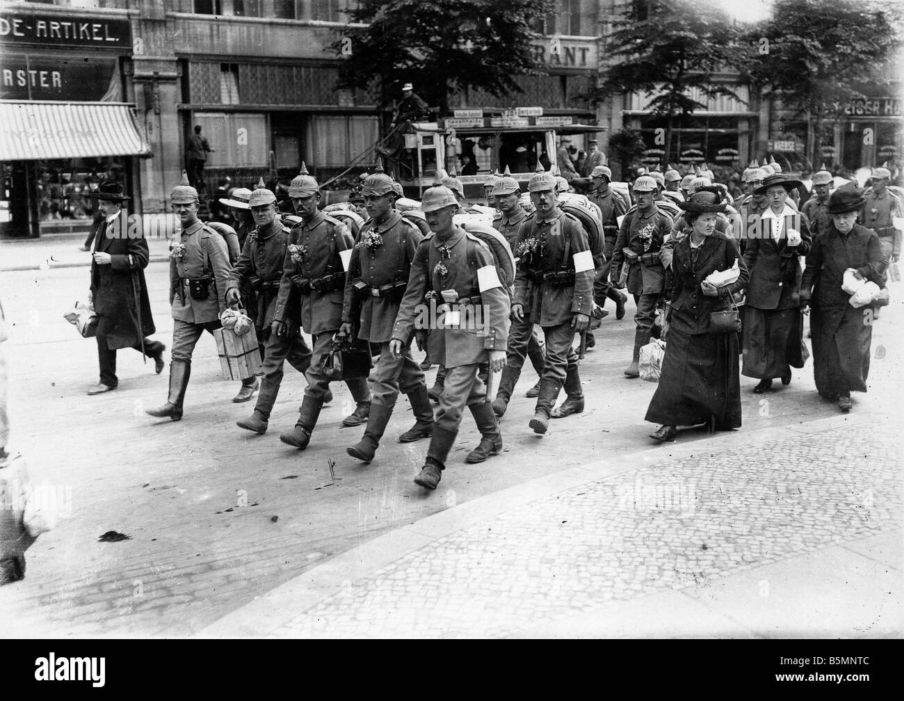 8 1914 0 0 A1 Soldiers with families Berlin 1914 World War I 1914 1918 Berlin Soldiers on their way to the station - Stock Image
