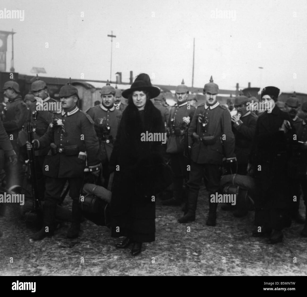 8 1914 0 0 A4 8 E Berlin World War I Troop transport Berlin World War I Scene at a Berlin station platform Women - Stock Image