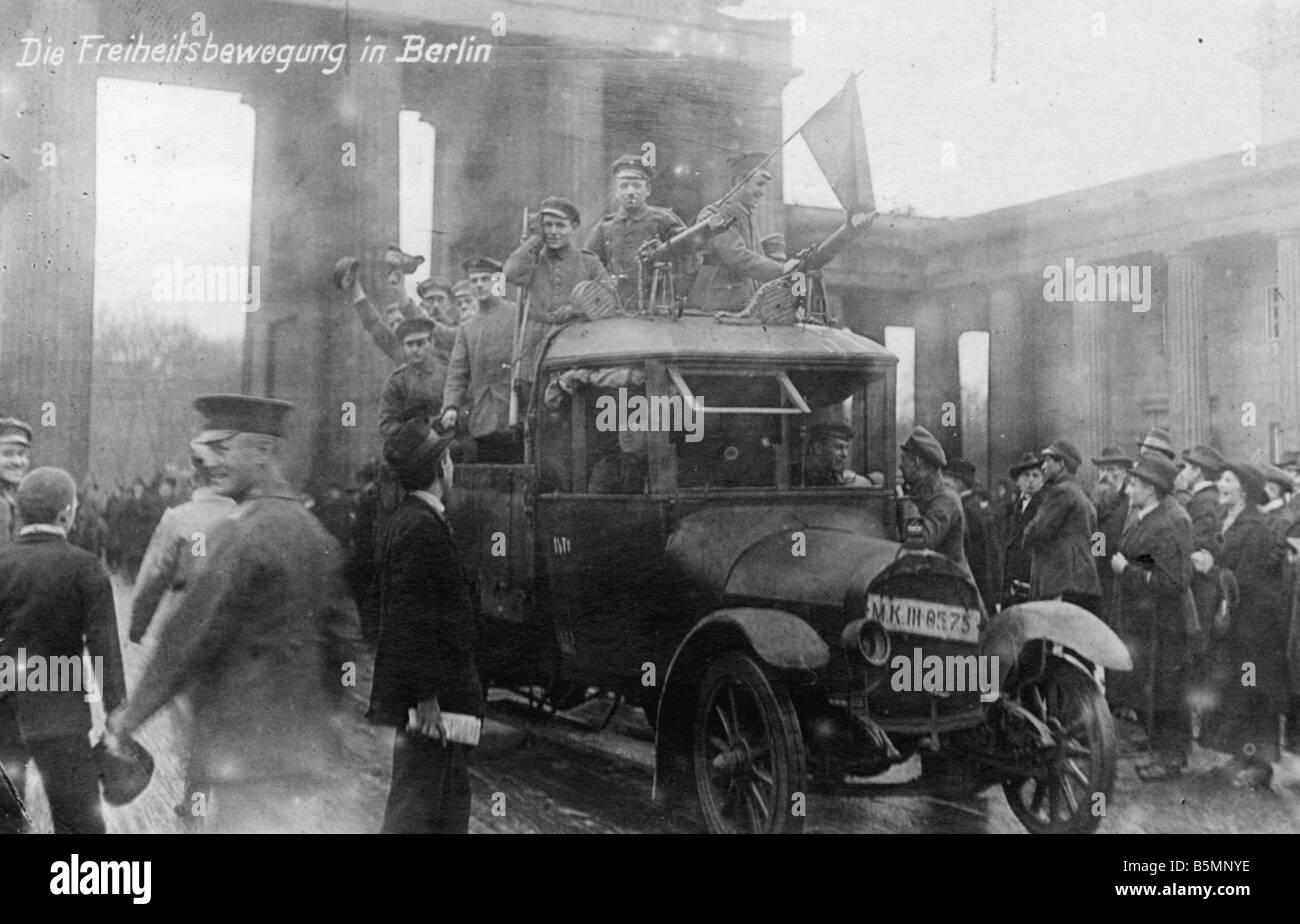 8 1918 11 9 A1 13 Revolution 1918 Soldaten mit Roter Fahne Novemberrevolution 1918 Truppenteile schliessen sich - Stock Image