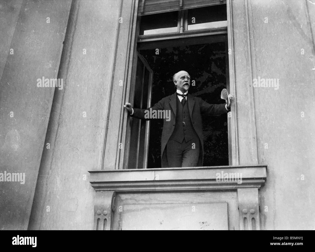 8 1918 11 9 A1 21 Revolution 1918 19 Speech by Scheidemann November Revolution 1918 Friedrich Ebert becomes Reich - Stock Image