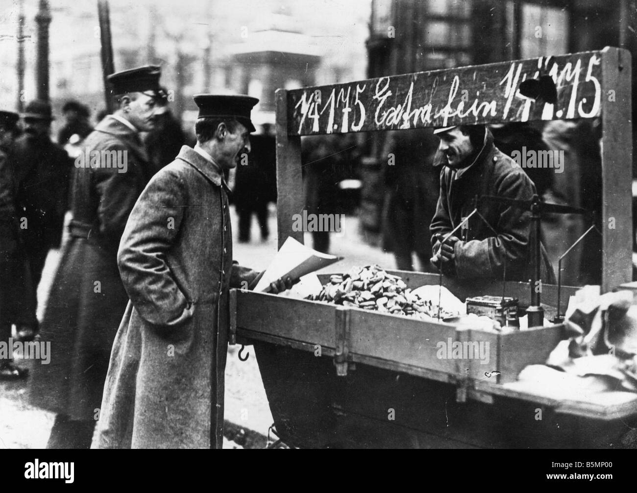 8 1918 12 0 A4 Soldier Sells Christmas Cookies 1918 Berlin end of the war and Revolution 1918 19 Soldier sells Christmas - Stock Image