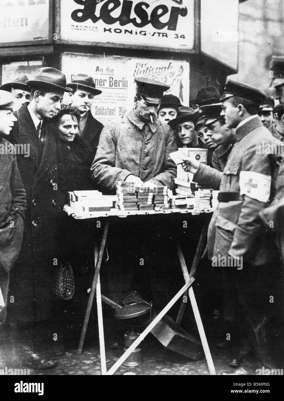 8 1919 1 0 A1 Soldier as Cigarette Trader Photo 1919 Berlin end of the war and Revolution 1918 19 Soldier of the - Stock Image