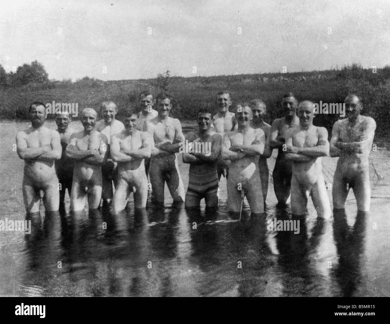 9 1916 7 0 A1 E East Fr Pic of soldiers bath Pho World War 1 Eastern Front Group picture of soldiers bathing in - Stock Image