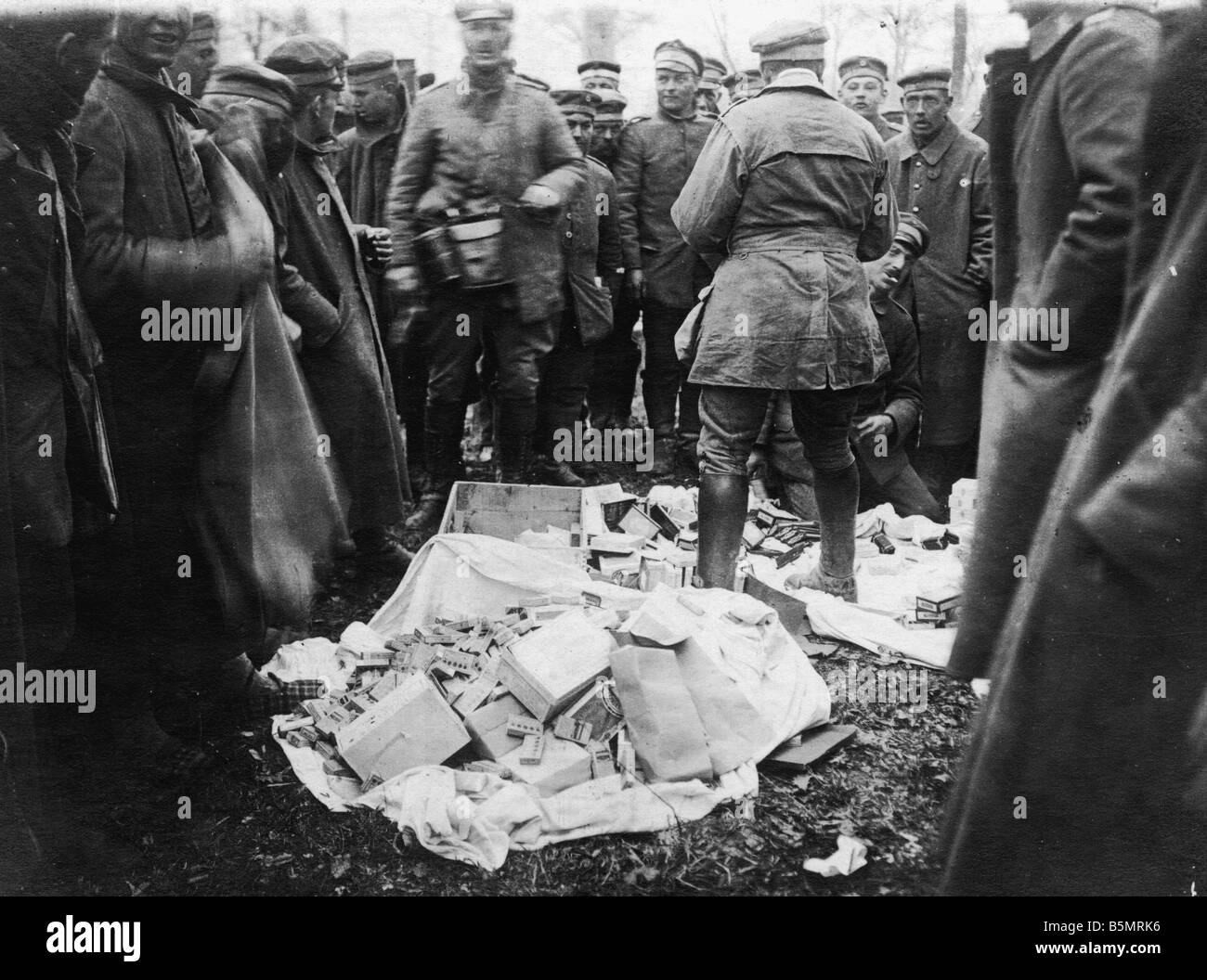9 1918 3 0 A1 12 WW1 West Fr Ger soldiers loot World War 1 Western Front German major offensive March July 1918 - Stock Image