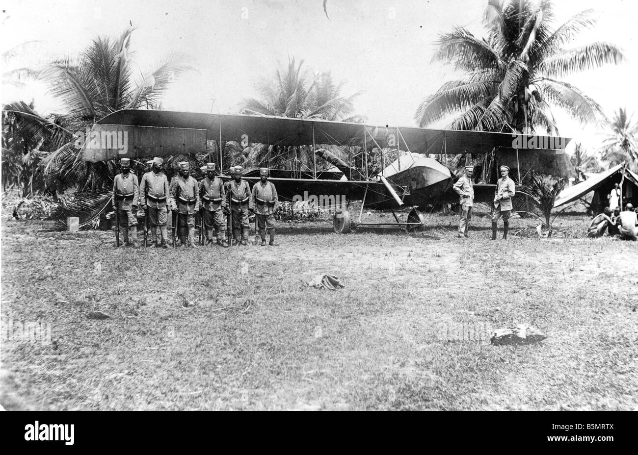 9AF 1914 0 0 A5 1 Askaris by airplane Ger East Africa World War 1 War in the colonies German East Africa now Tanzania Native aux Stock Photo
