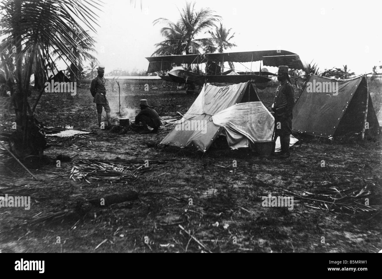 9AF 1914 0 0 A5 2 Askaris by tents Ger East Africa World War 1 War in the colonies German East Africa now Tanzania Native auxili Stock Photo