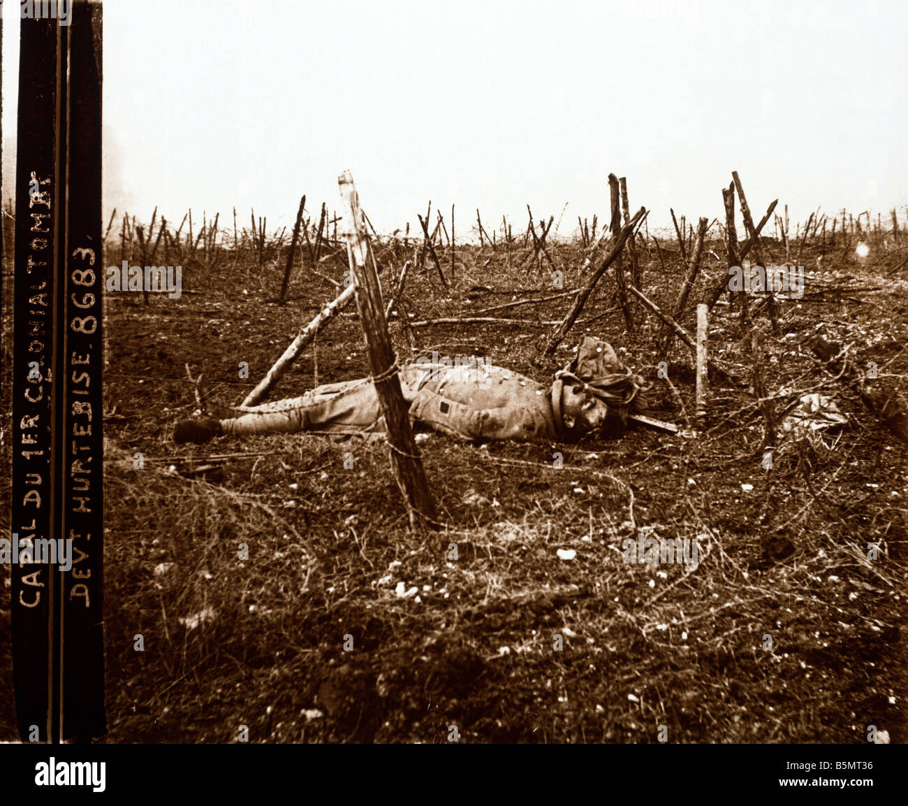 9FK 1917 4 16 A1 Fallen French soldier at Hurtebise 1917 World War 1 1914 18 France Battle of the Aisne and of Champagne - Stock Image