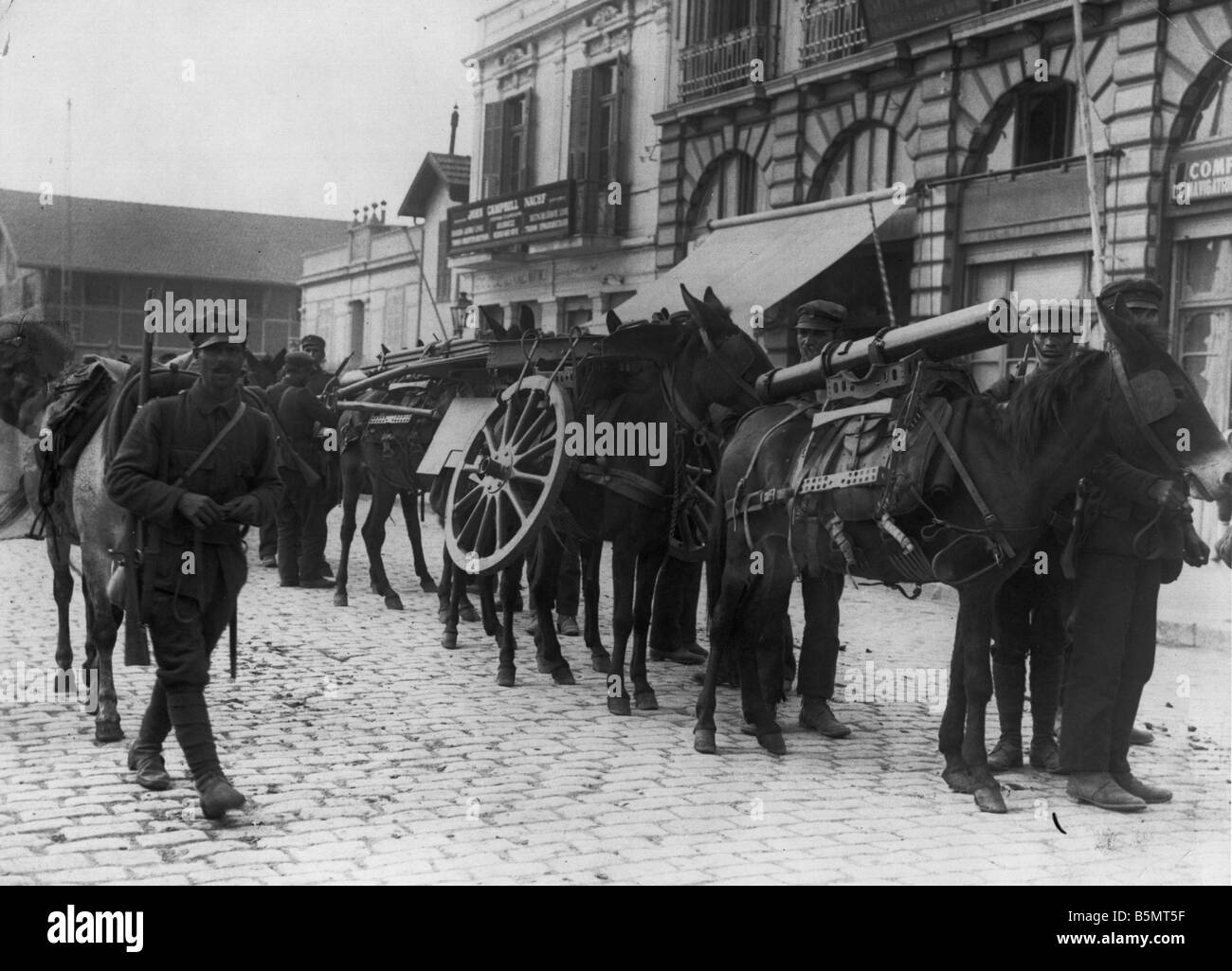 9GR 1915 11 22 A1 Greek artillery Thessaloniki 1915 World War 1 Greece Greek artillery in the port of Thessaloniki - Stock Image