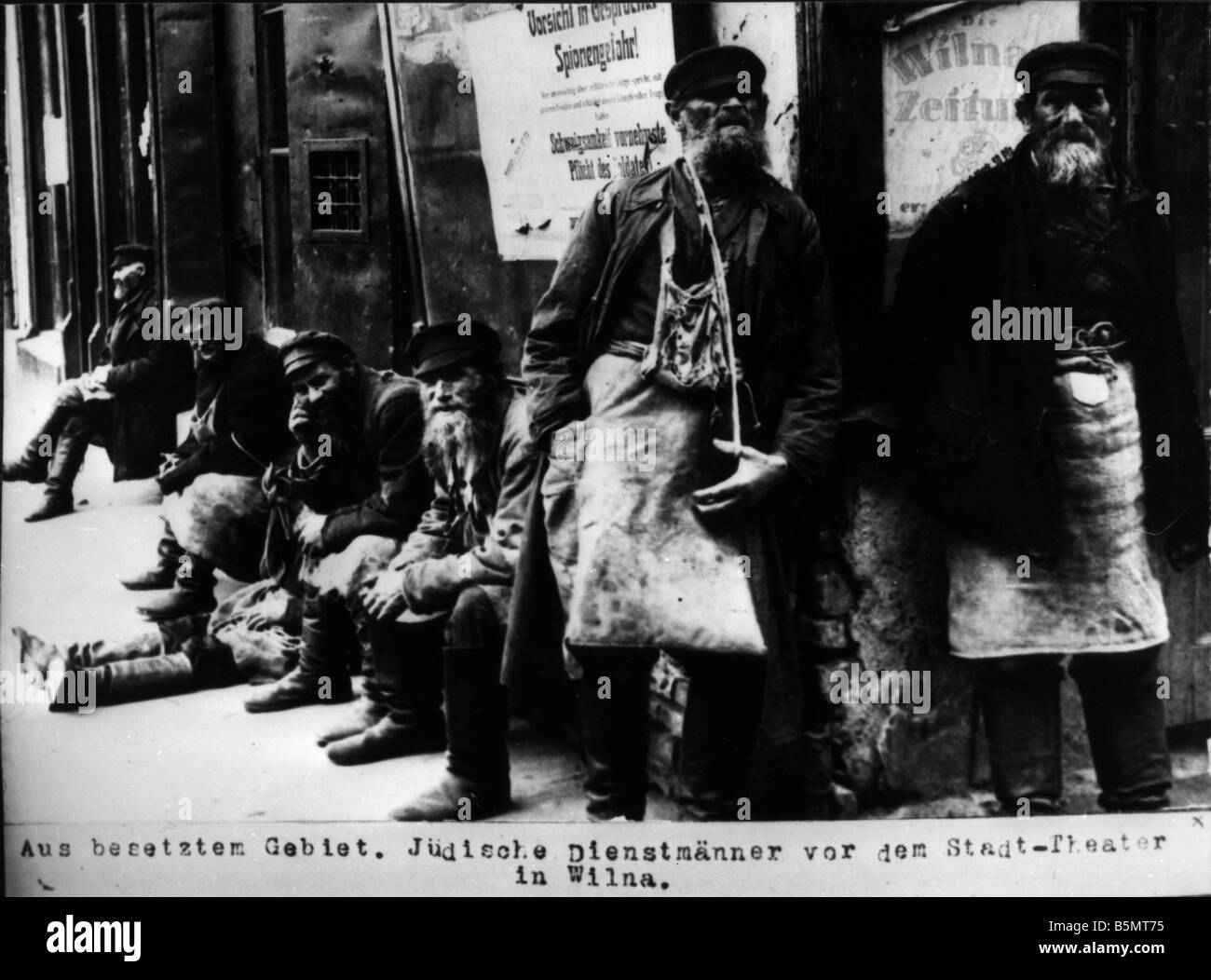 9IS 1915 0 0 A1 31 Jewish porters in Vilnius 1915 History of Judaism Eastern Jews From the occupied area Jewsish - Stock Image