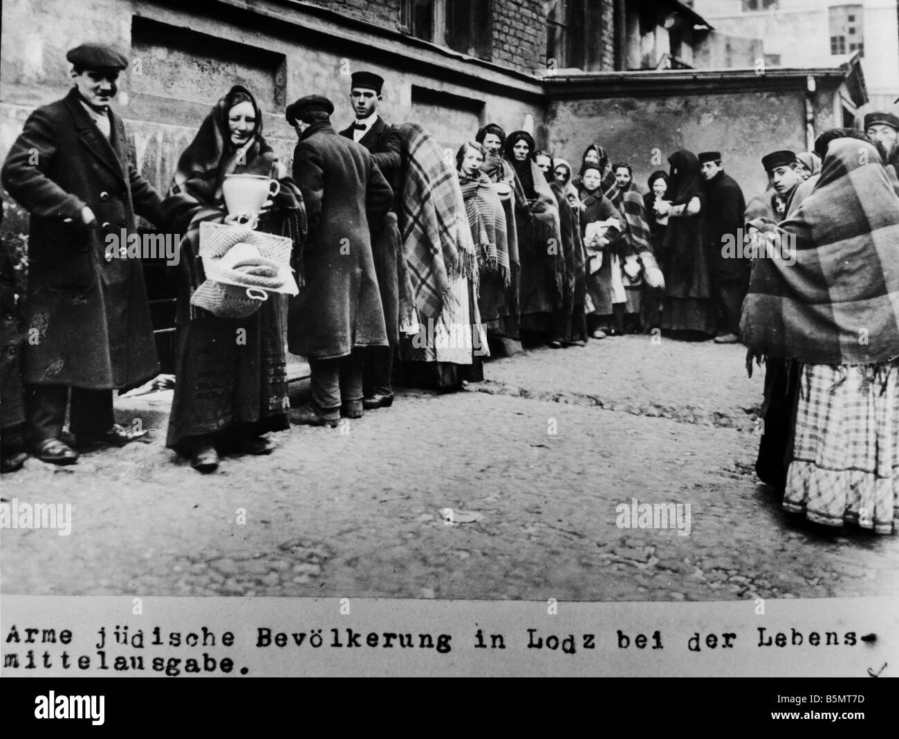 9IS 1915 0 0 A1 35 Jewish people in Lodz 1915 History of Judaism Eastern Jews Poor Jewish people in Lodz receiving - Stock Image