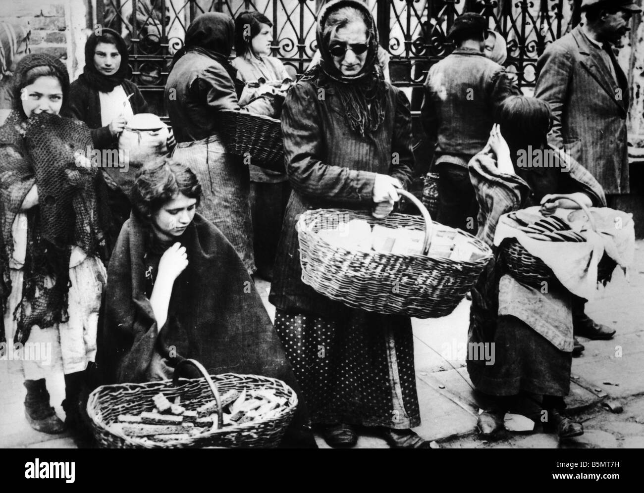 9IS 1915 0 0 A1 37 Jewish saleswomen Vilnius 1915 History of Judaism Eastern Jews Jewish saleswomen in Vilnius Photo - Stock Image
