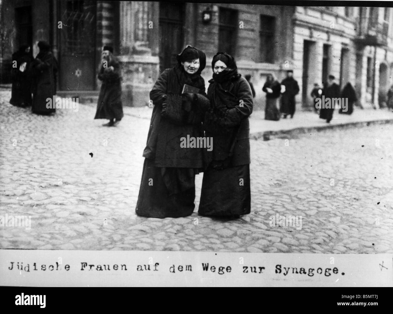 9IS 1915 0 0 A1 38 Jewish women on way to synagogue 1915 History of Judaism Eastern Jews Jewish women on the way - Stock Image