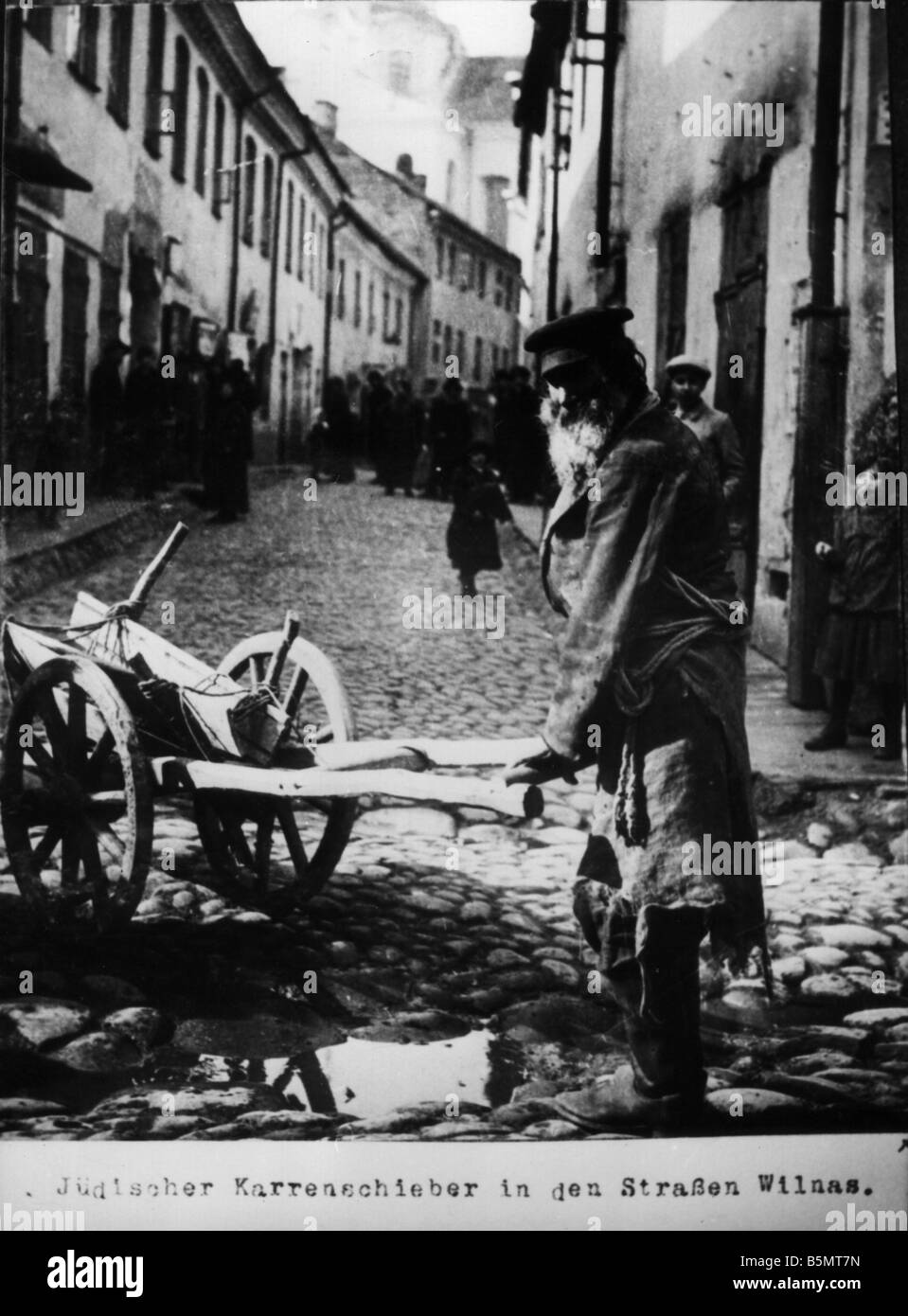 9IS 1915 0 0 A1 4 Jewish cart pusher 1915 History of Judaism Eastern Jews Jewish cart pusher in the streets of Wilna - Stock Image