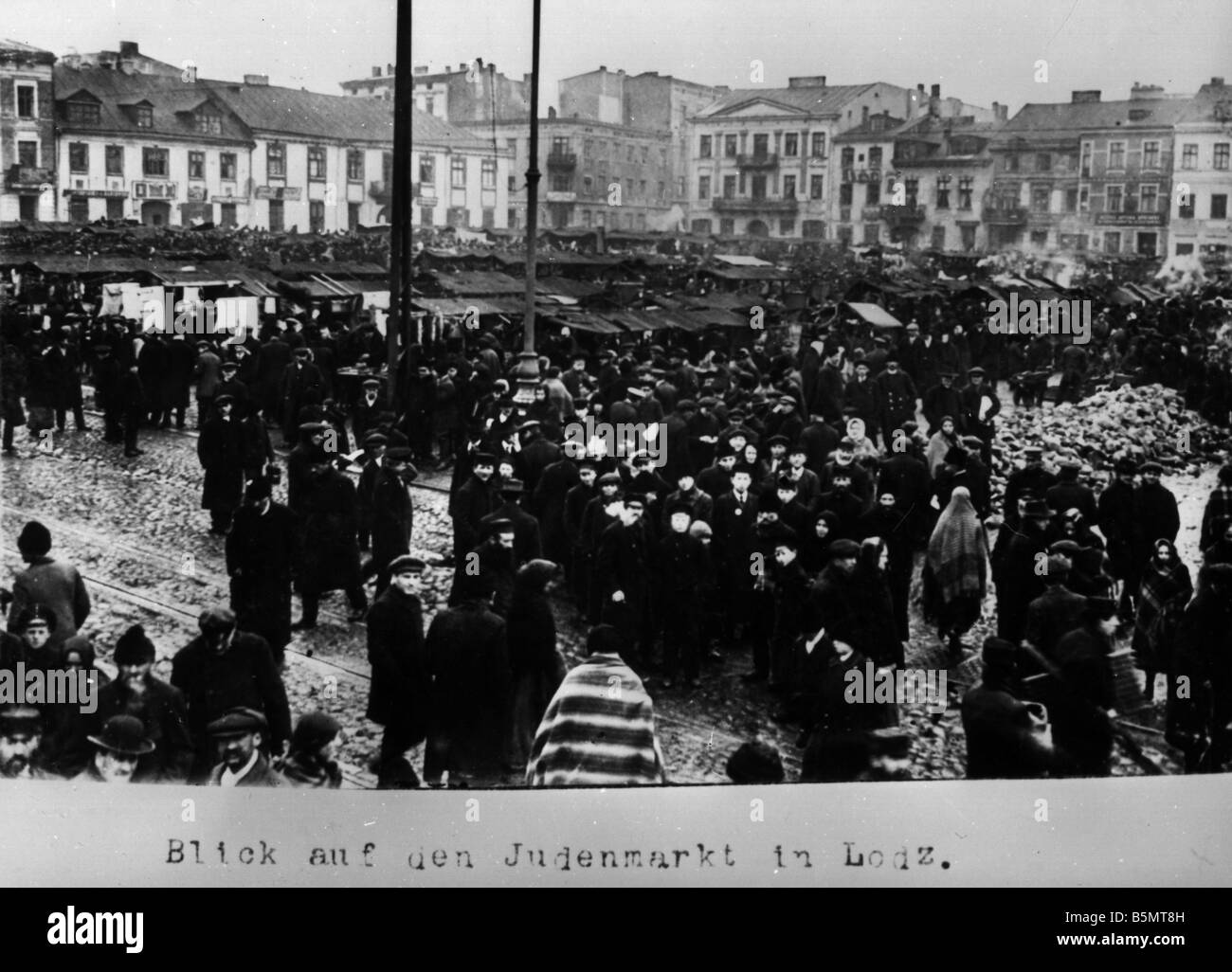 9IS 1915 0 0 A1 50 Jewish market in Lodz Photo 1915 History of Judaism Eastern Jews View of the Jewish market in - Stock Image