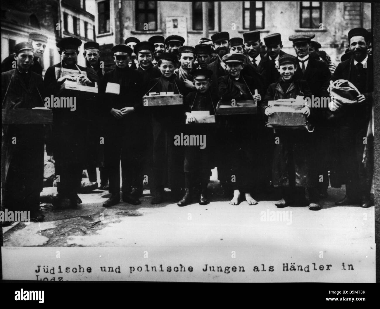 9IS 1915 0 0 A1 51 Jewish and Polish boys in Lodz History of Judaism Eastern Jews Jewish and Polish boys as salesmen - Stock Image