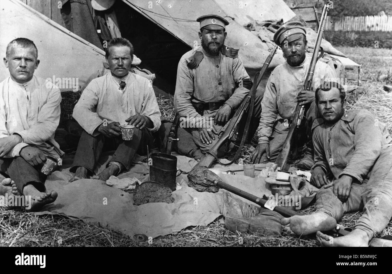 9RD 1915 9 0 A1 E Great War Soldiers during a break Russia Great War Russian soldiers in front of their tent during - Stock Image
