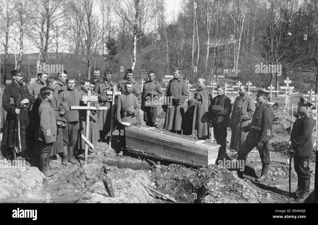 9RD 1916 0 0 A5 Burial in a Russian soldiers cemet 1916 World War 1 1914 18 Russian Empire Burial in a Russian soldier - Stock Image