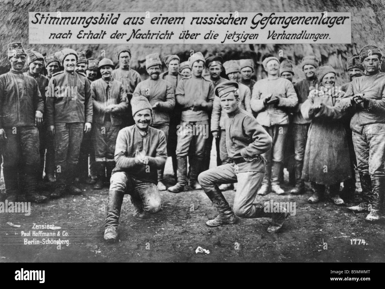 9RD 1917 12 15 A1 1 Russian POW hear of Armistice 1917 Great War 1914 18 Armistice of Brest Litovsk between Russia - Stock Image