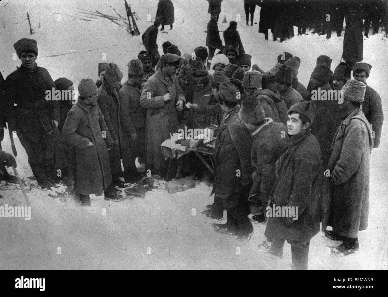 9RD 1917 12 15 A1 B Russians shopping 1917 Brest Litovsk Great War 1914 18 Armistice of Brest Litovsk between Russia - Stock Image