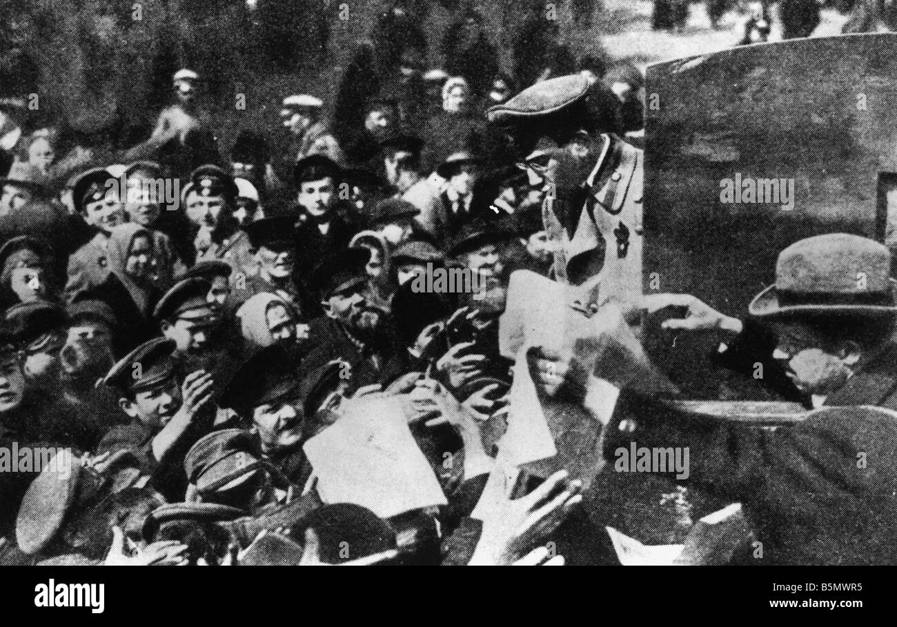 February Revolution distrib of leaflets 12 March 27 Feb old style 1917 Distribution of government leaflets Photograph - Stock Image