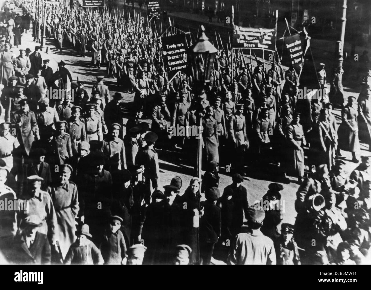 9RD 1917 4 0 A1 Revolution 1917 Demonstrating soldiers Russian Revolution 1917 Demonstration by revolutionary forces - Stock Image
