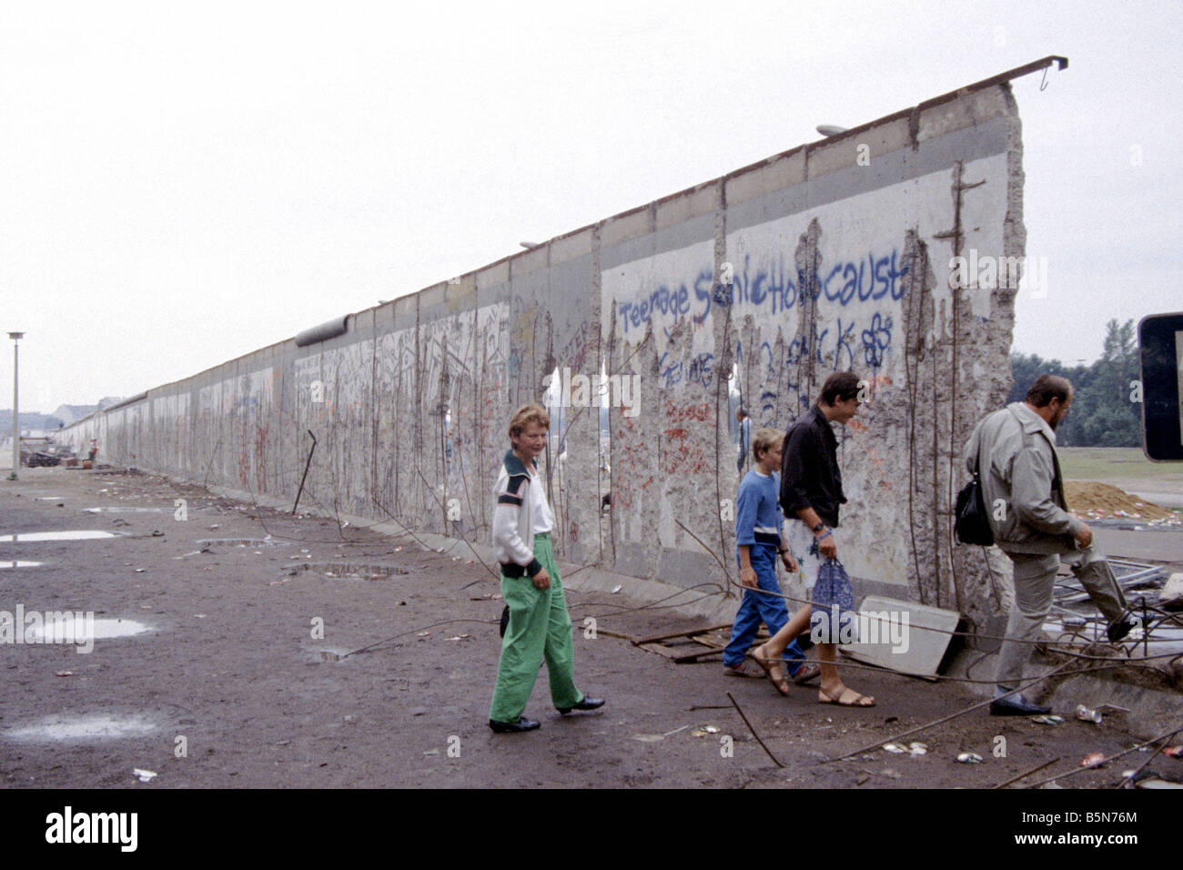 a family crossing through the berlin wall near the brandenburg gate stock photo 20750316 alamy. Black Bedroom Furniture Sets. Home Design Ideas