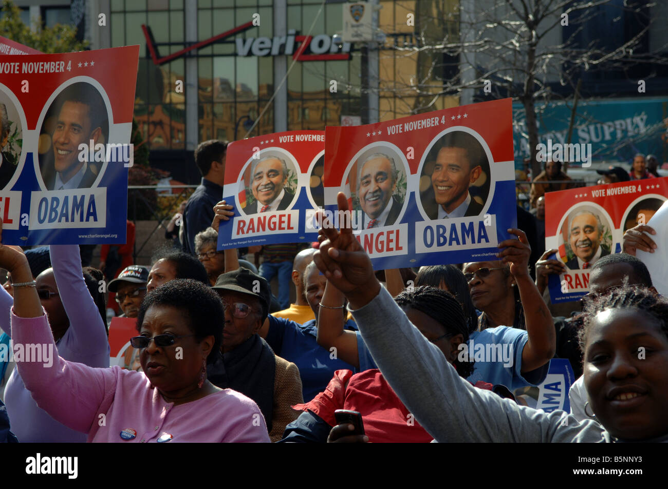 Hundreds of supporters rally in front of the Harlem State Office Building in New York for Barack Obama - Stock Image