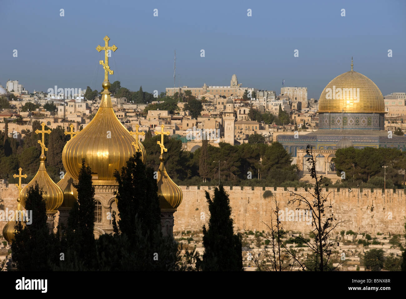 RUSSIAN ORTHODOX CHURCH DOMES AND DOME OF THE ROCK TEMPLE MOUNT OLD CITY JERUSALEM ISRAEL - Stock Image