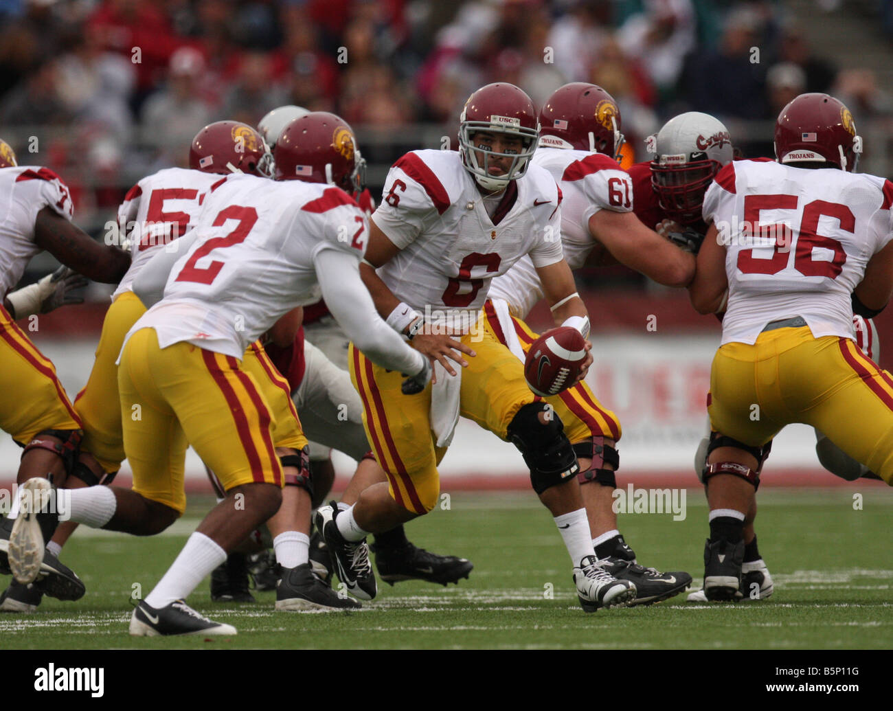 USC quarterback, Mark Sanchez, prepares to hand off to C.J. Gable during the Trojans Pac-10 football game with Washington - Stock Image
