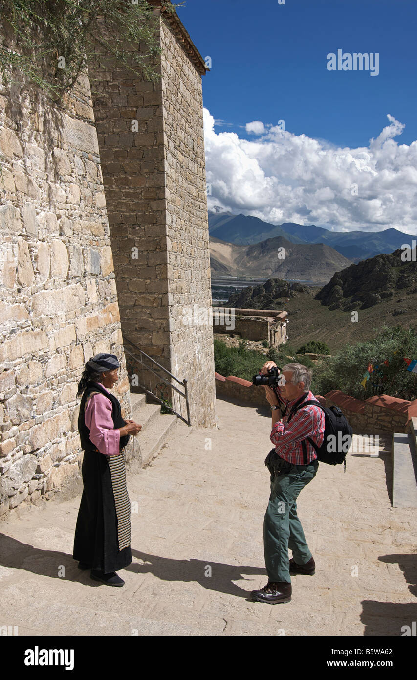 European photpgrapher with elderly Tibetan subject. Drepung Monastery, near Lhasa, Tibet. Western subect only model - Stock Image