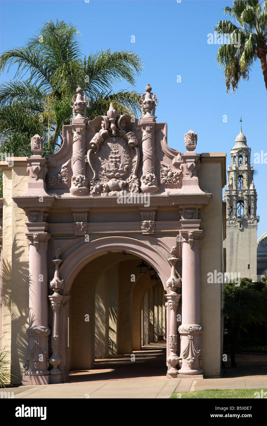 Arches over the sidewalk that parallels 'El Prado' in Balboa Park, San Diego, California, USA - Stock Image