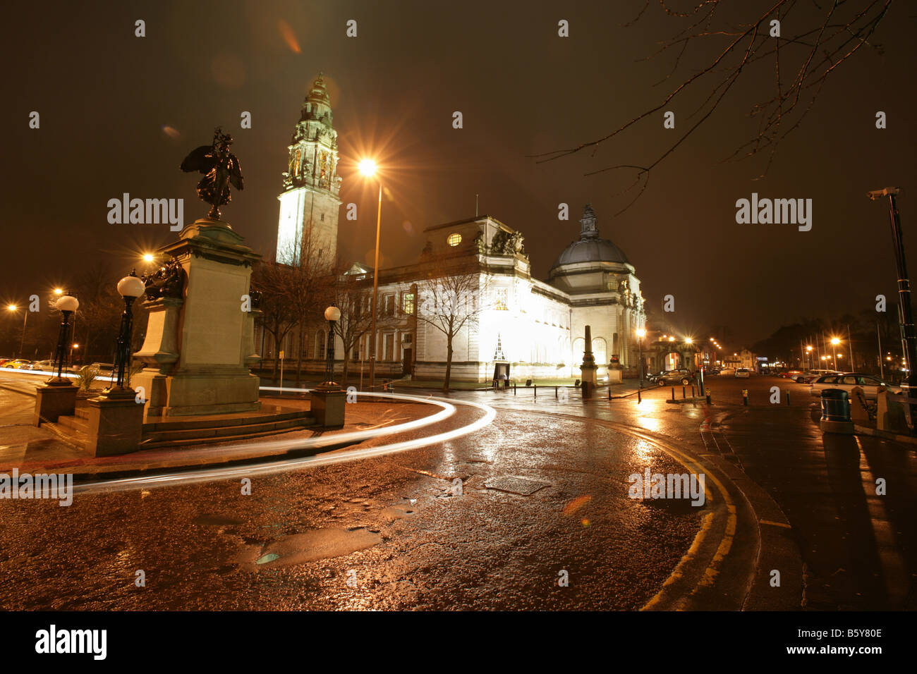 City of Cardiff, Wales. Night view of the Welsh National South African War Memorial with Cardiff City Hall in the - Stock Image