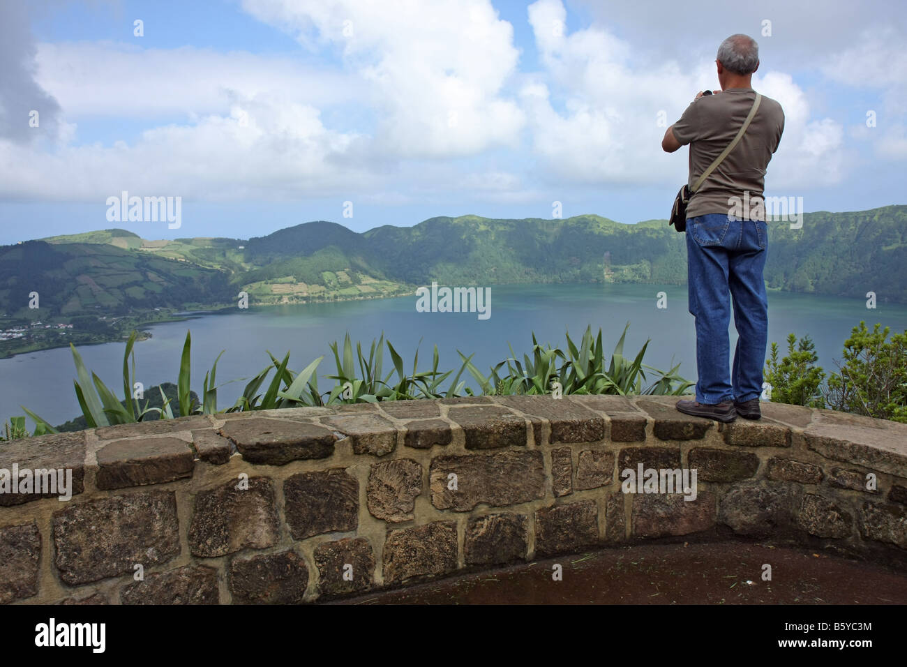 Man looking down at Lagoa Azul at Sete Cidades, São Miguel, Azores, Portugal - Stock Image