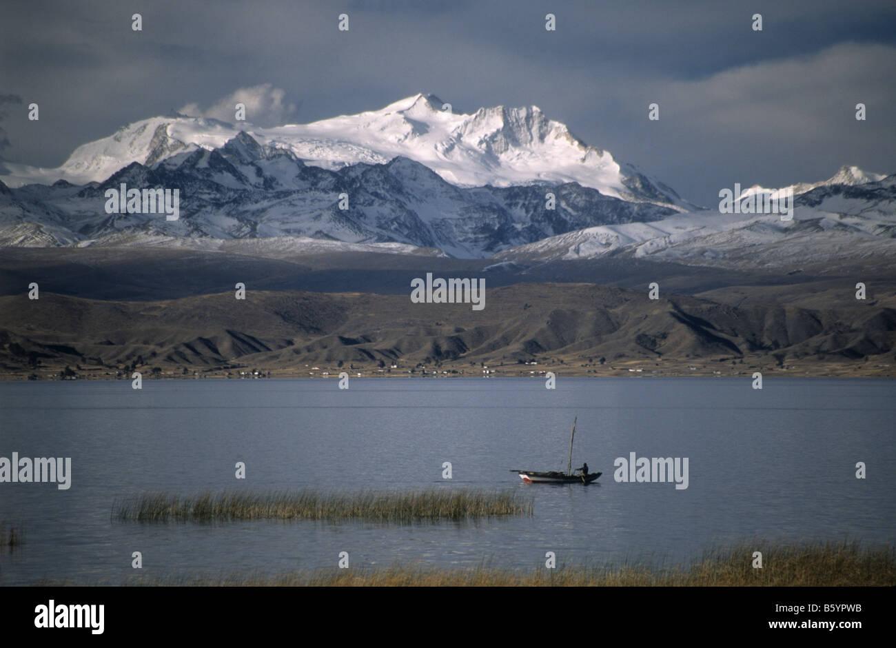 Fishing boat, Cordillera Real behind, Lake Titicaca, Bolivia - Stock Image