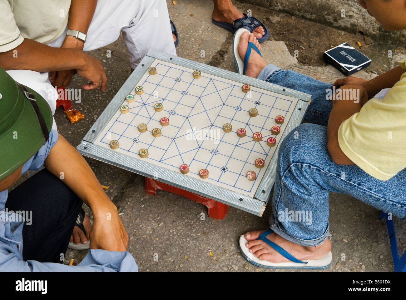 Men playing Xiangqi - Chinese Chess or Vietnamese Chess on the streets of Ho Chi Minh City, Vietnam - Stock Image
