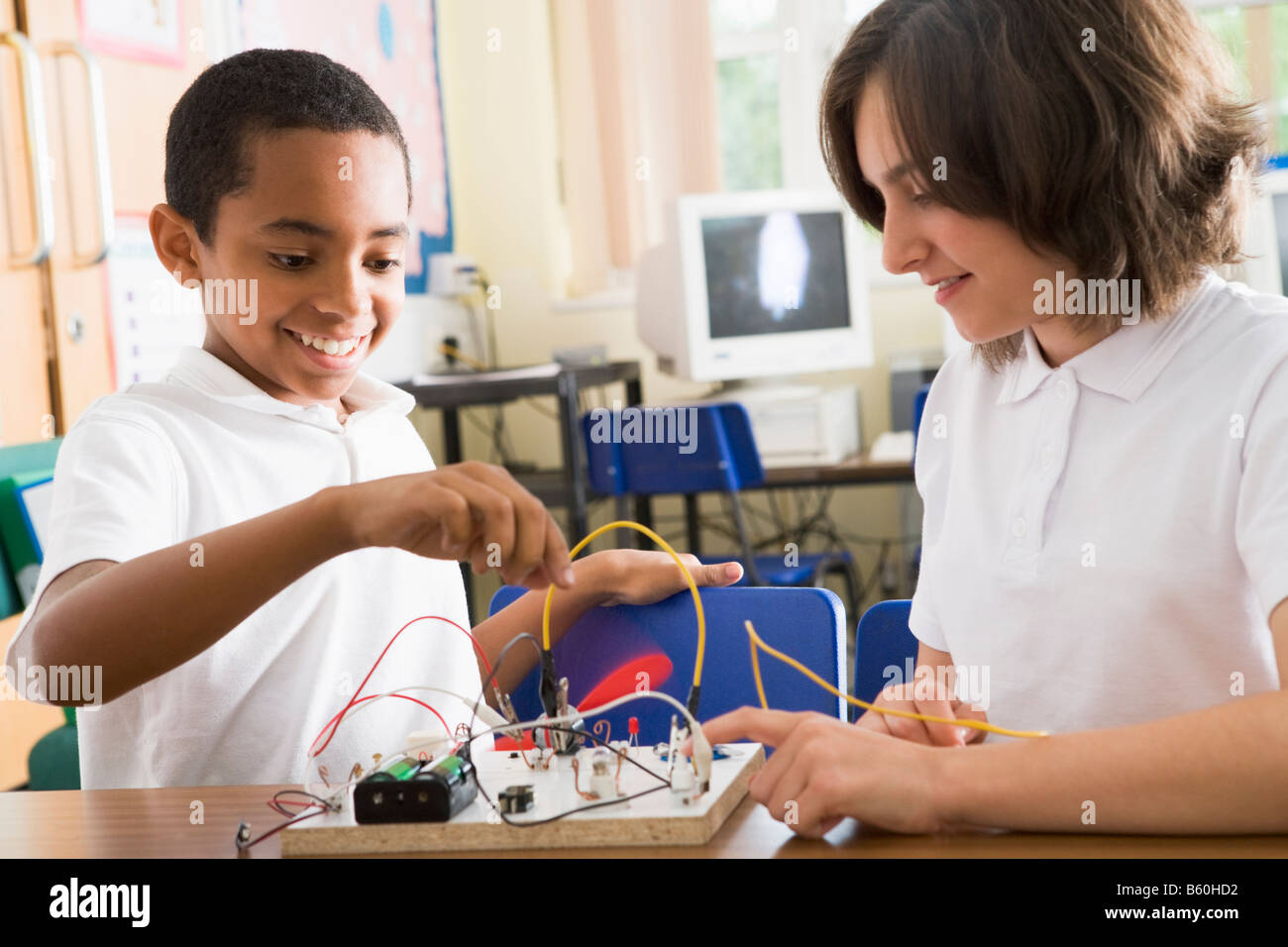 Students in class with electronic project - Stock Image