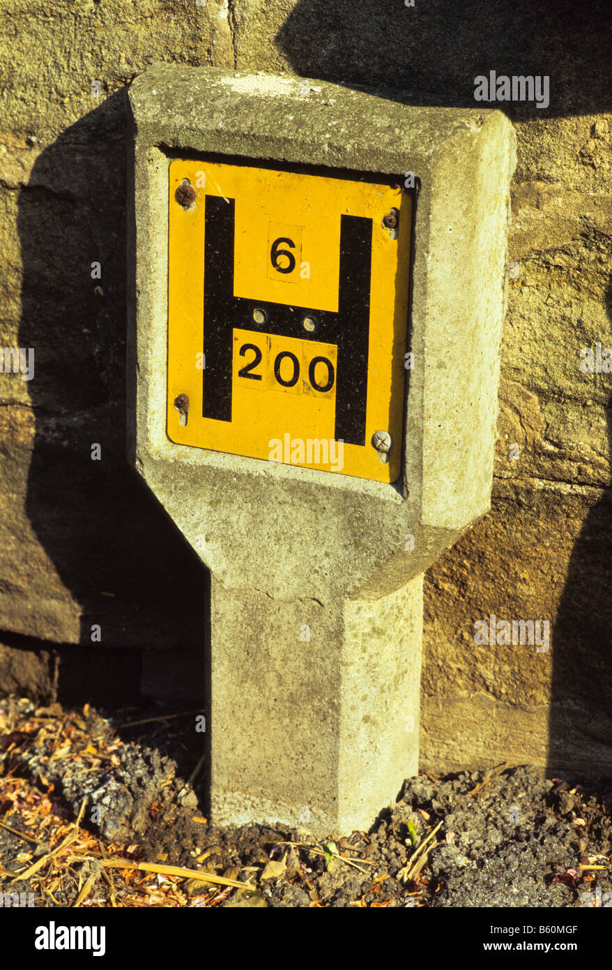 Emergency Roadside Service >> roadside sign giving position of fire hydrant as aid to fire service Stock Photo: 20914447 - Alamy
