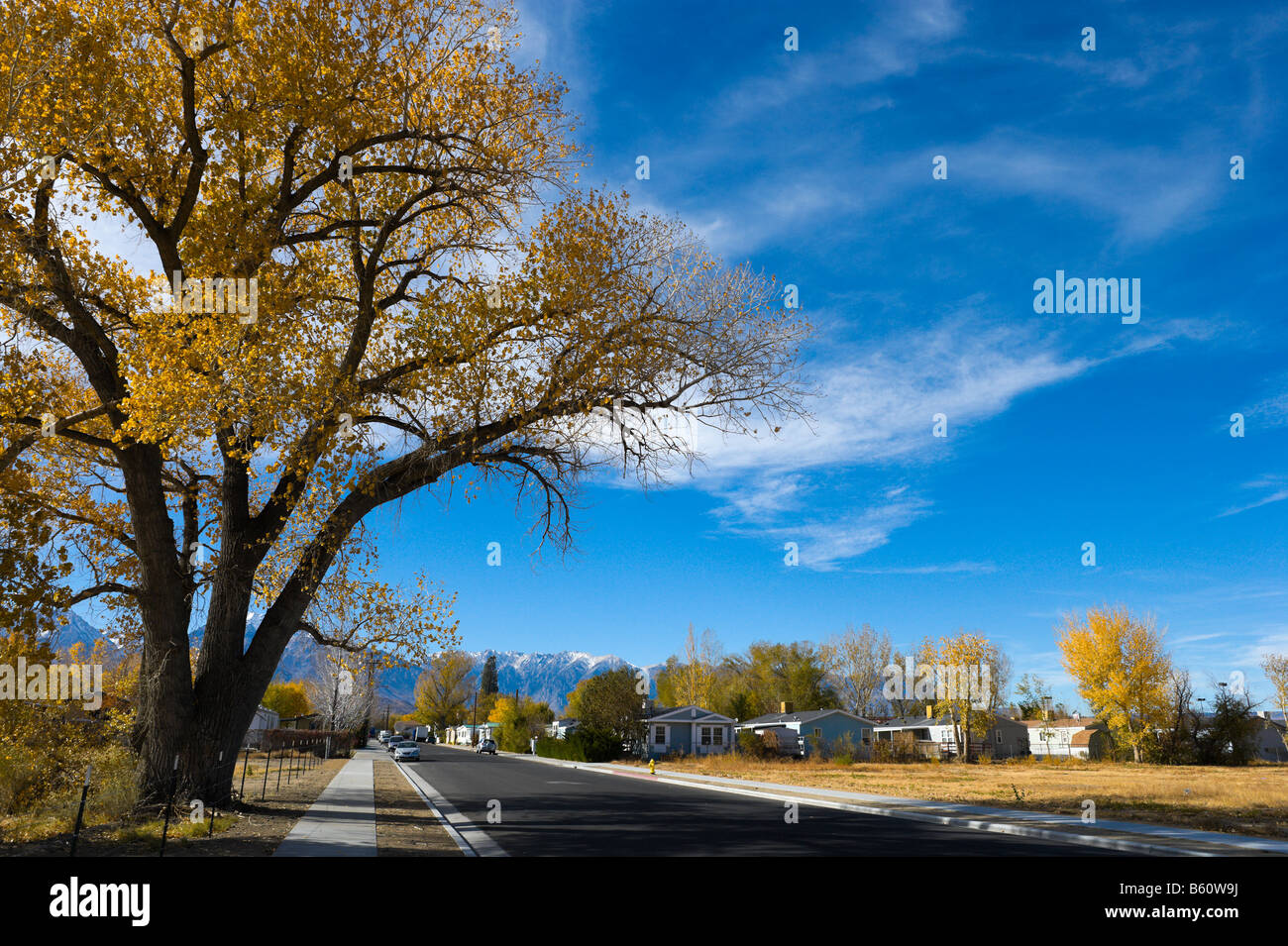 Street in Bishop, California in the Fall with the Sierra Nevada mountains in the distance - Stock Image