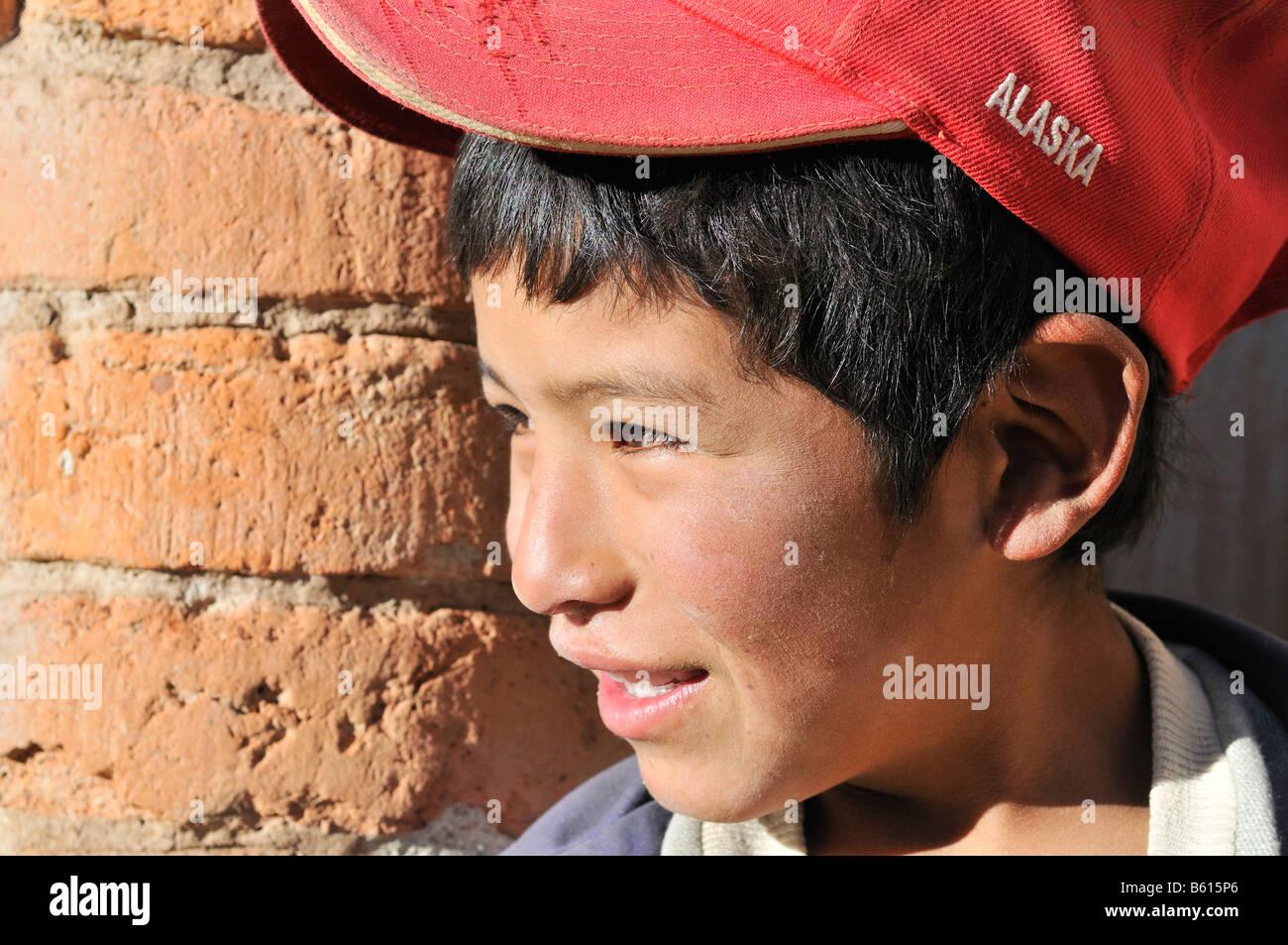 Boy looking round the corner of a wall, Llallagua, Potosi, Bolivia, South America - Stock Image