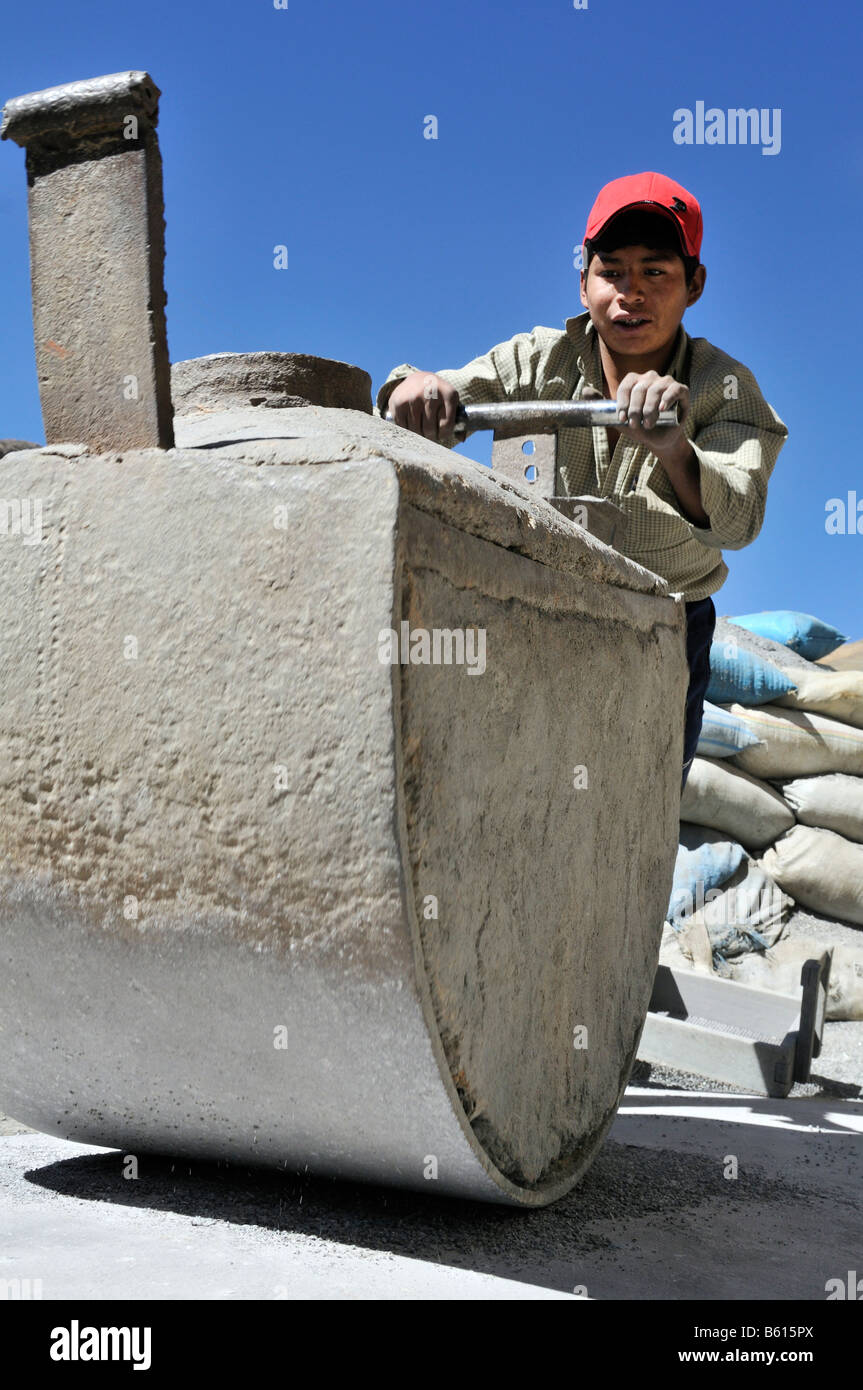 Child labour, 14 year old boy grinding stone containing ore, tin, zinc, to a fine powder, Llallagua mining centre, - Stock Image