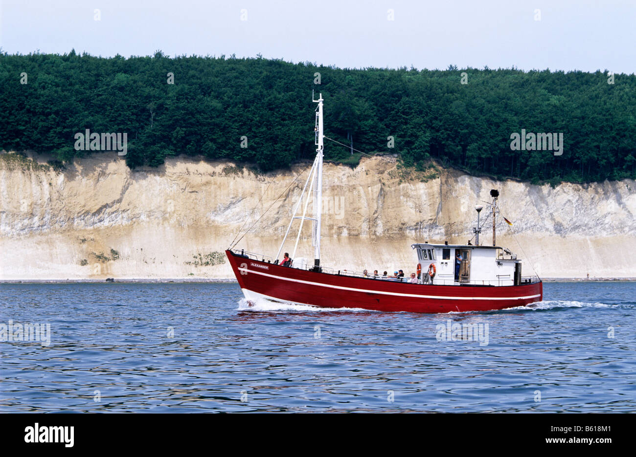 Cutter Alexander with tourists in front of chalk cliffs, Baltic Sea, Ruegen Island, Mecklenburg-Western Pomerania - Stock Image