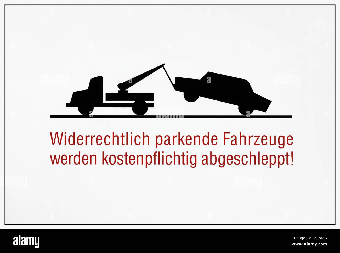 Sign for a tow-zone, Widerrechtlich parkende Fahrzeuge werden kostenpflichtig abgeschleppt, illegally parked cars - Stock Image