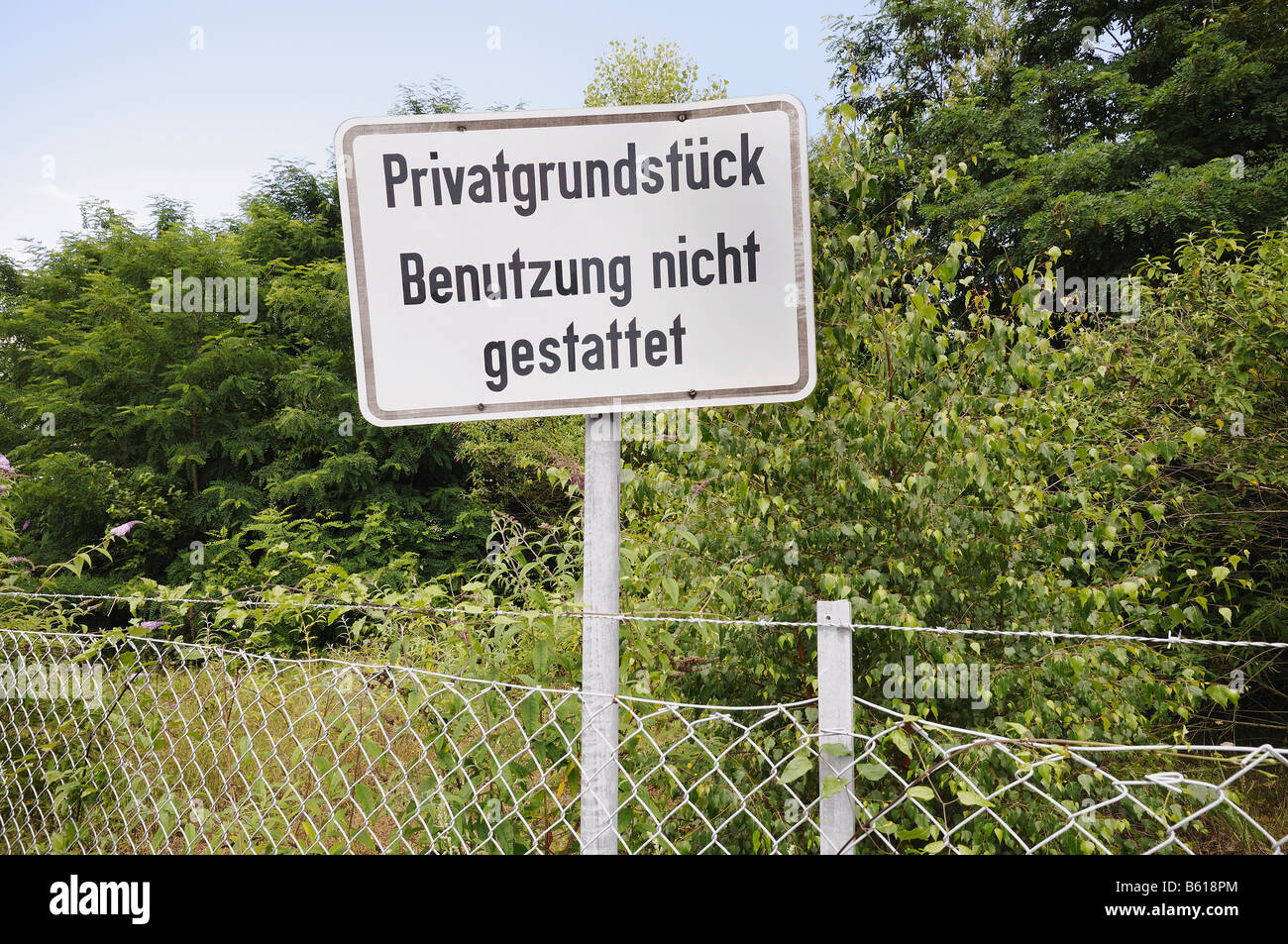 Sign outside an enclosed overgrown property, Private property use is not permitted - Stock Image