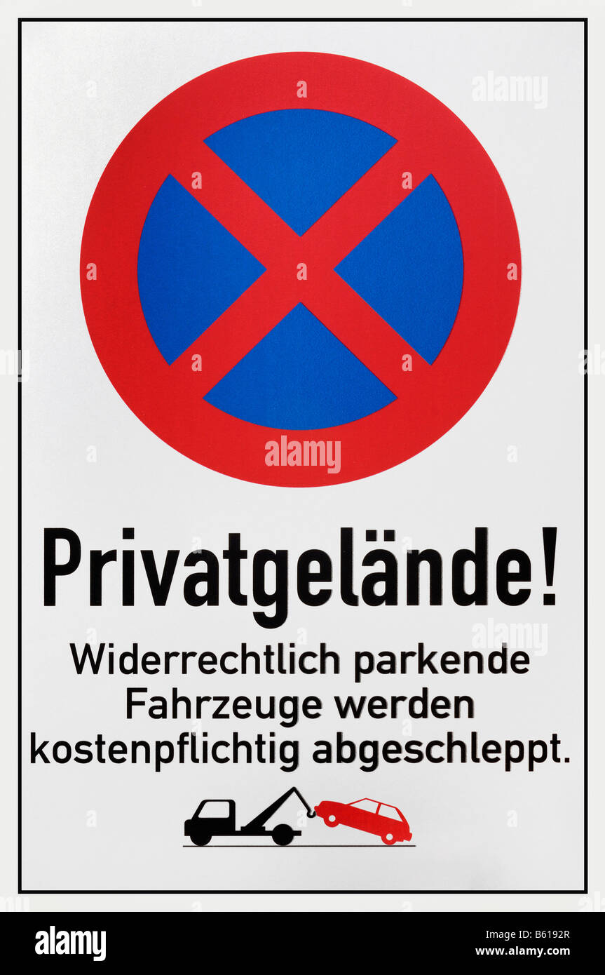 Parking forbidden sign reading Private property, illegally parked vehicles will be towed at the owners expense - Stock Image