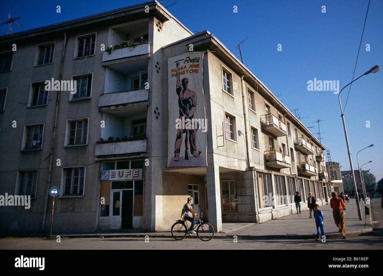 Leninist Marxist banner depicting heroic worker on side of building in city of Fier, Albania, 1992 -94 - Stock Image