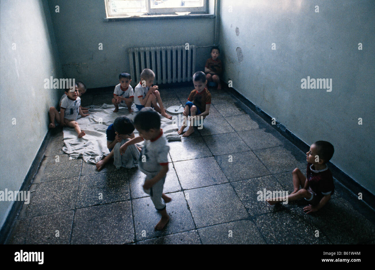 Children in a squalid hospital orphanage in Shkodra, Albania, 1992 - Stock Image