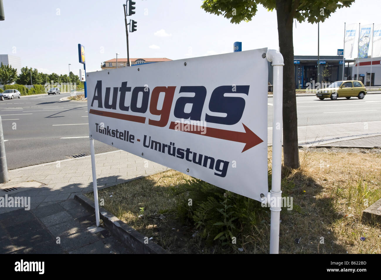 Sign pointing the way to a shop for liquefied petroleum gas or LPG, Germany - Stock Image