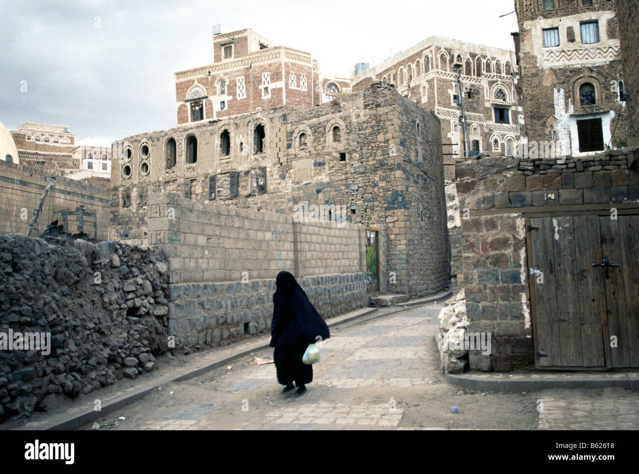 Cloaked woman, historic town centre, Sanaa, Yemen, Middle East - Stock Image