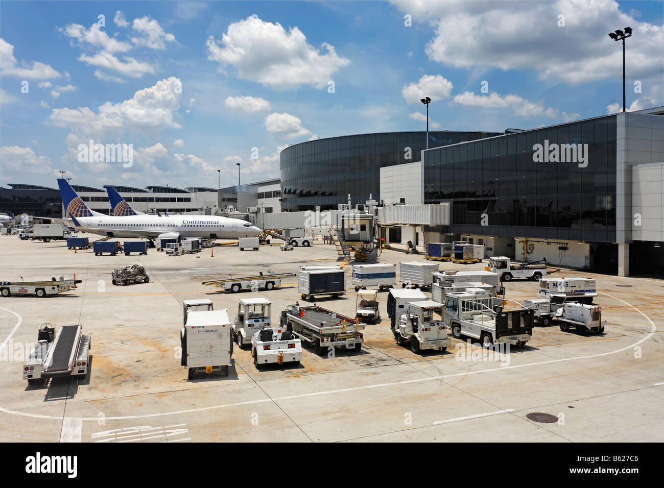 Apron area and airport building, Continental Airlines airplanes and customs clearance vehicles, George W. Bush International - Stock Image